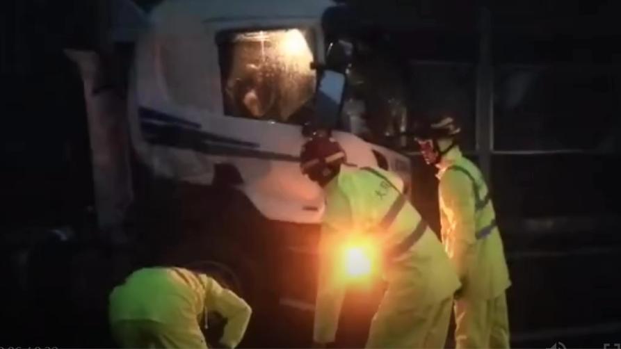 京港澳高速發生交通事故 暴雨中一貨車司機中招