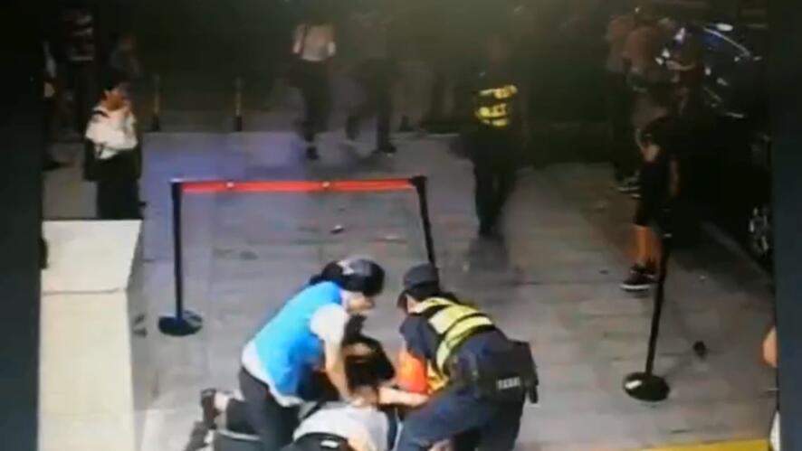 """深圳地铁一男子晕倒口吐白沫 地铁工作人员用""""AED"""