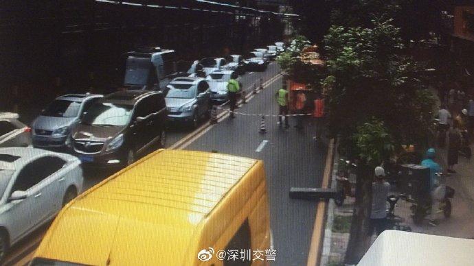 IN视频|南山蛇口一公交车半截车身陷进路面大坑(组图)