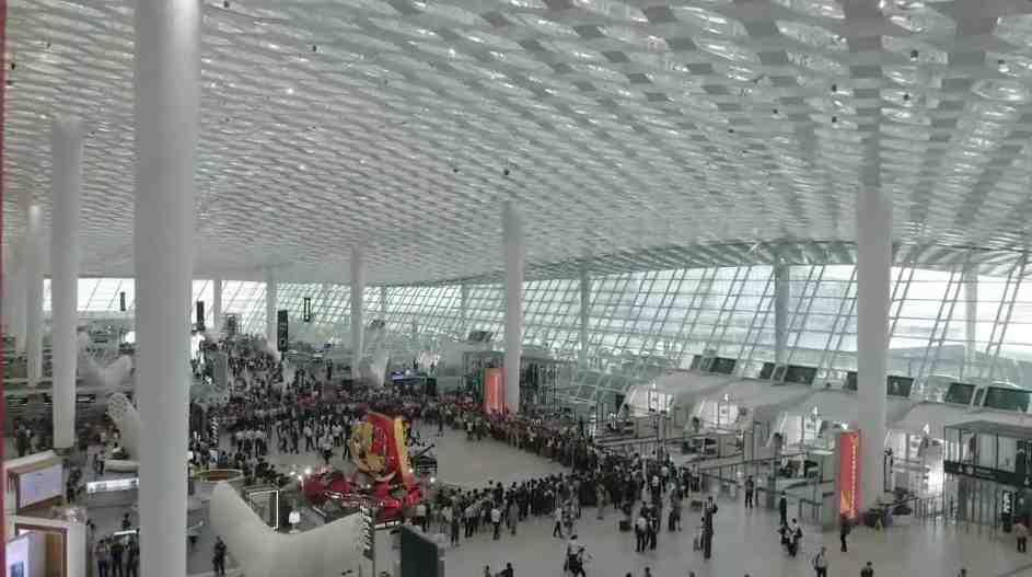 视频:这一抹红,燃爆了深圳机场!