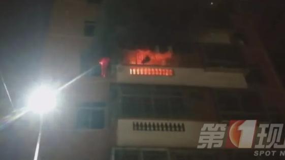 视频:十万火急!幼童火中逃生悬挂阳台 邻居爬外墙紧急施救!