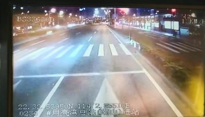 IN視頻|公交司機闖紅燈給生命讓道