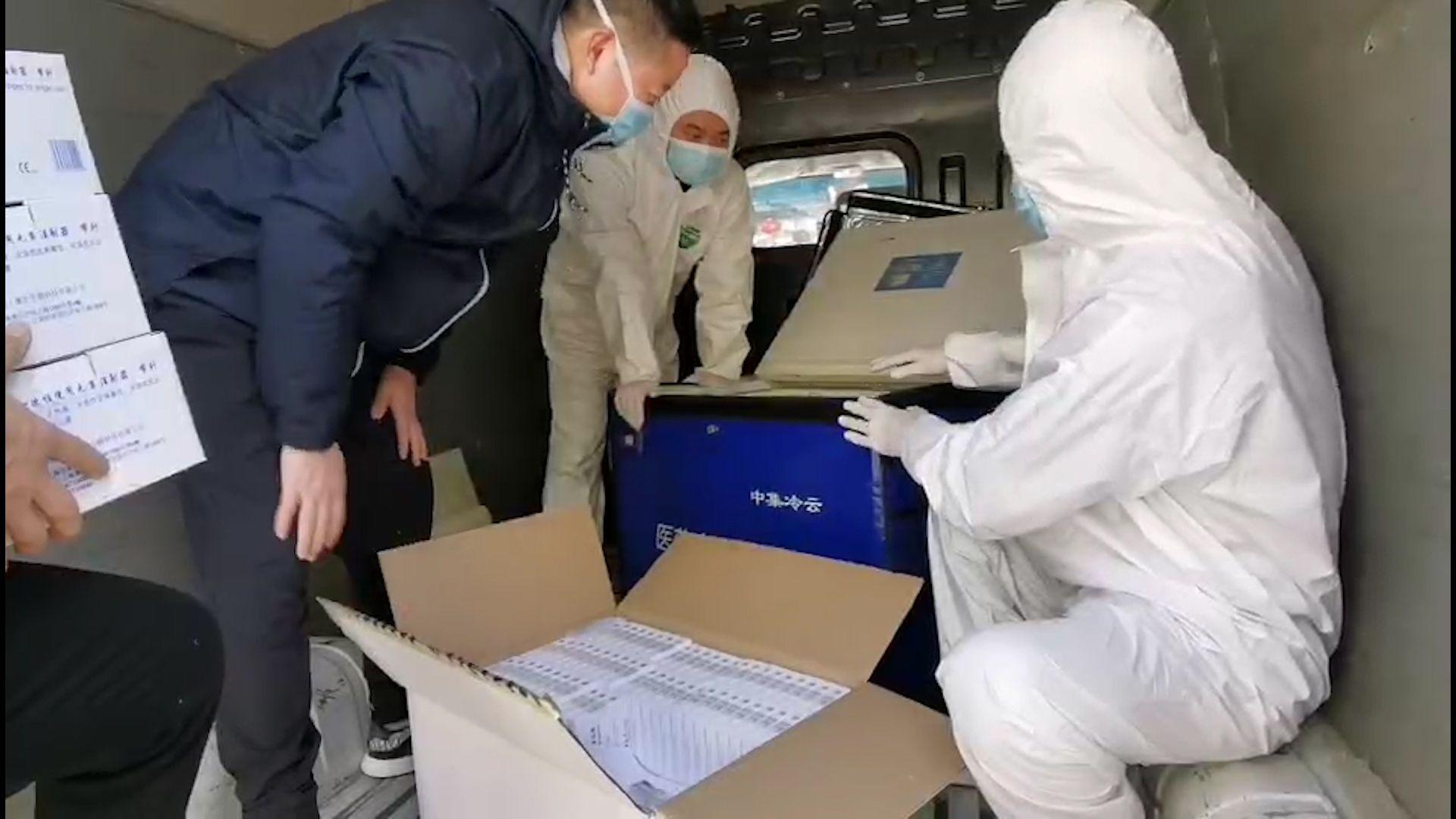 荊州志愿者為深圳醫療隊運送重要醫用物資
