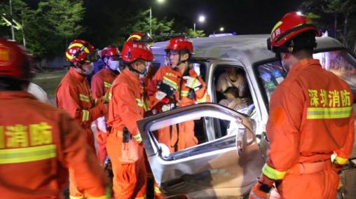 IN视频|面包车荷载8人实载16人 凌晨撞树全部乘客受伤送医
