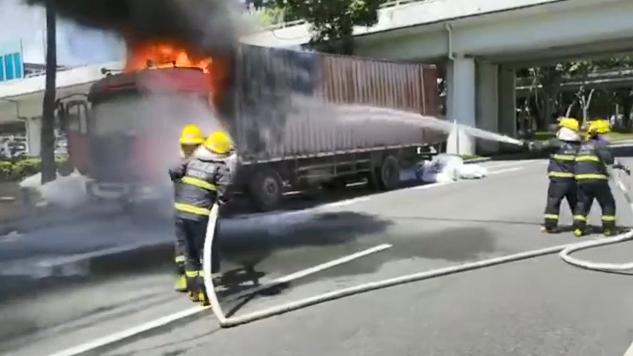 视频:福田北环大道一货车起火 消防员5分钟扑灭火势现场无人员伤亡