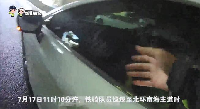 """视频:""""开一下门!""""交警铁骑不断拍窗大喊,车内驾驶员却毫无反应……"""