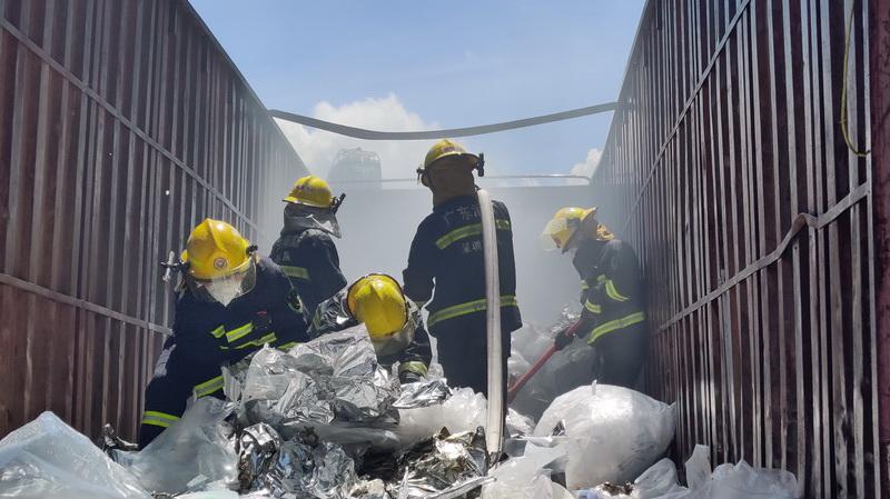IN视频|天气炎热货柜车货物自燃 梅林消防救援站5分钟扑灭明火