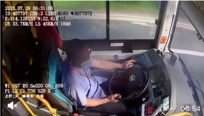 IN视频|大芬立交今晨发生公交车撞人事故 车内视频显示司机行车途中弯腰捡东西