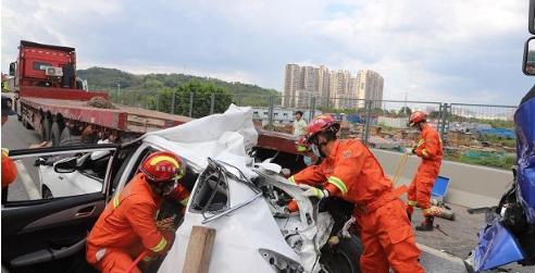 IN视频|龙大高速三车追尾小车被挤扁 消防队员40分钟紧急救援