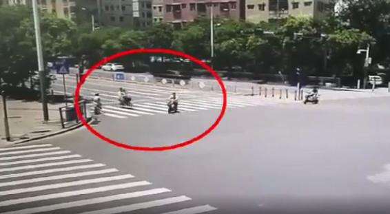 视频:斑马线上,发生碰撞!6岁女儿多处骨折,只因父亲骑车时……
