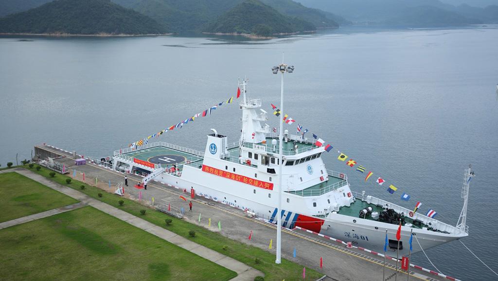 自主设计 全球首例 我国首艘油电混动海上执法船在深交接