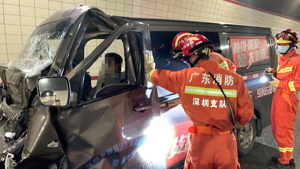 面包车追尾货车严重变形 司机被困消防员利用液压工具快速救援