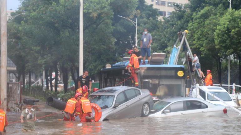深圳突发暴雨,乘客躲公交车顶避险!救援现场曝光