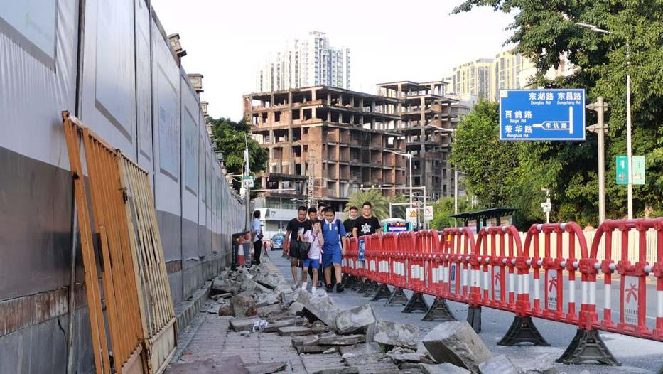 """10月1日前,""""消失""""的人行道拓至1米宽"""