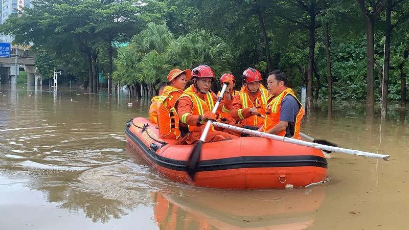IN视频|暴雨!宝安西乡鹤洲桥底积水6人被困 深圳消防迅速救援