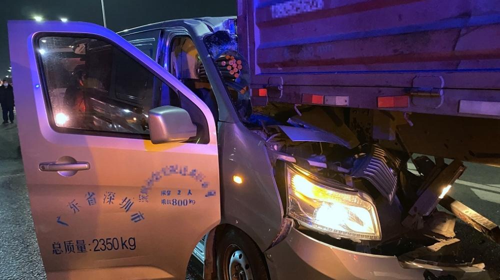刹车不及时面包车追尾大货车消防15分钟救出受困司机
