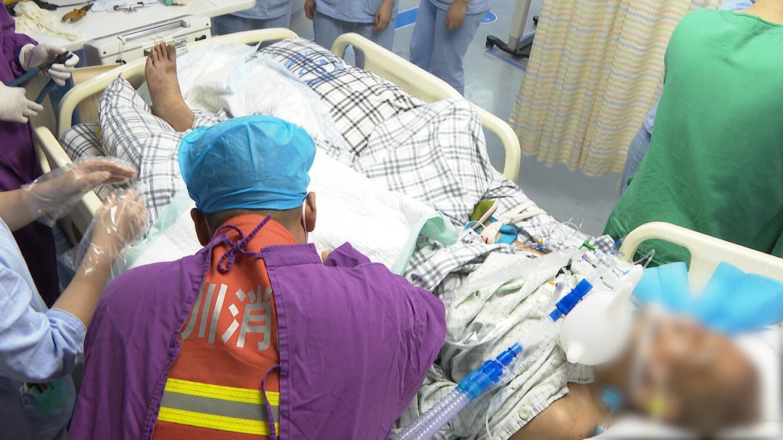 IN视频|77岁重症老人戒指卡手 消防员进入ICU重症室10分钟完成救援