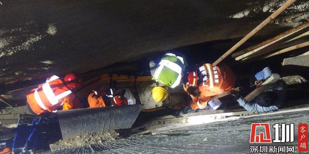 工人跌落8米工地深坑八大胜游戏 蛇口消防员操纵塔吊实施救