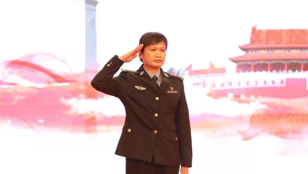 封闭执勤58天零感染零病例 深圳政法英模余秀齐白甲战士逆行出征