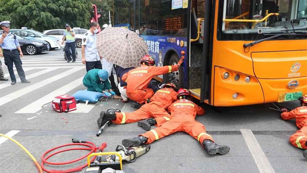 IN视频|男子骑电动车撞上公交双腿卷入车轮 消防员二话不说钻入车底